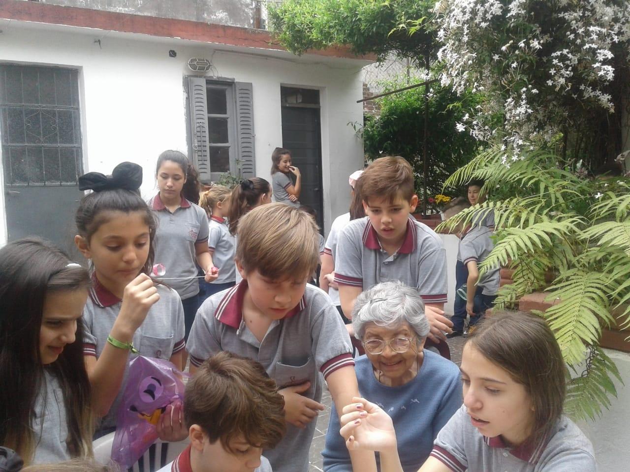 compartiendo-la-maana-con-abuelas-y-abuelos_31075299508_o